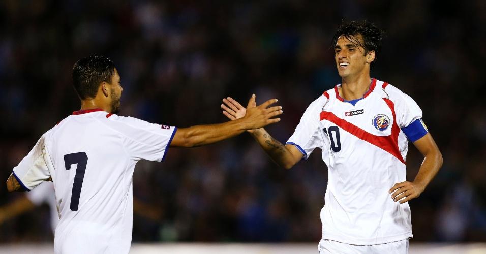 13.nov.2014 - Bryan Ruiz cumprimenta o companheiro David Ramirez após marcar para a Costa Rica em amistoso com o Uruguai