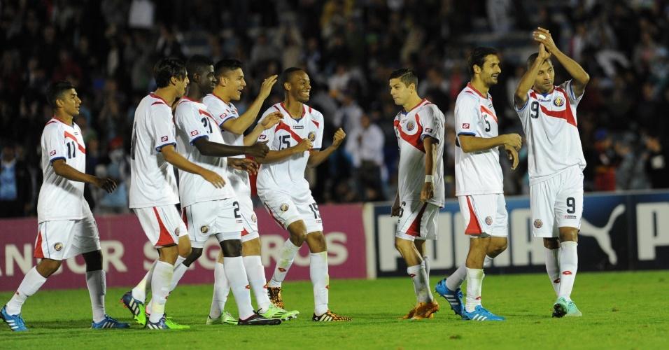 13.nov.2014 - Jogadores da Costa Rica comemoram após vitória sobre o Uruguai nos pênaltis em amistoso