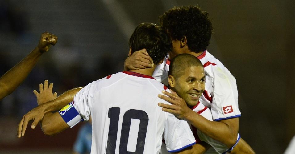 13.nov.2014 - Jogadores da Costa Rica comemoram gol de Alvaro Saborio no amistoso contra o Uruguai, em Montevidéu