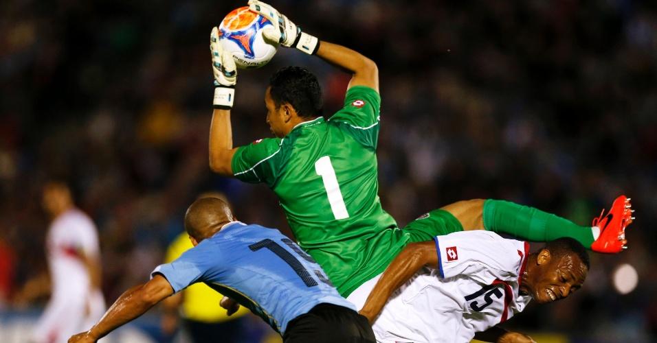 13.nov.2014 - Navas fica com a bola após disputa na área em ataque do Uruguai