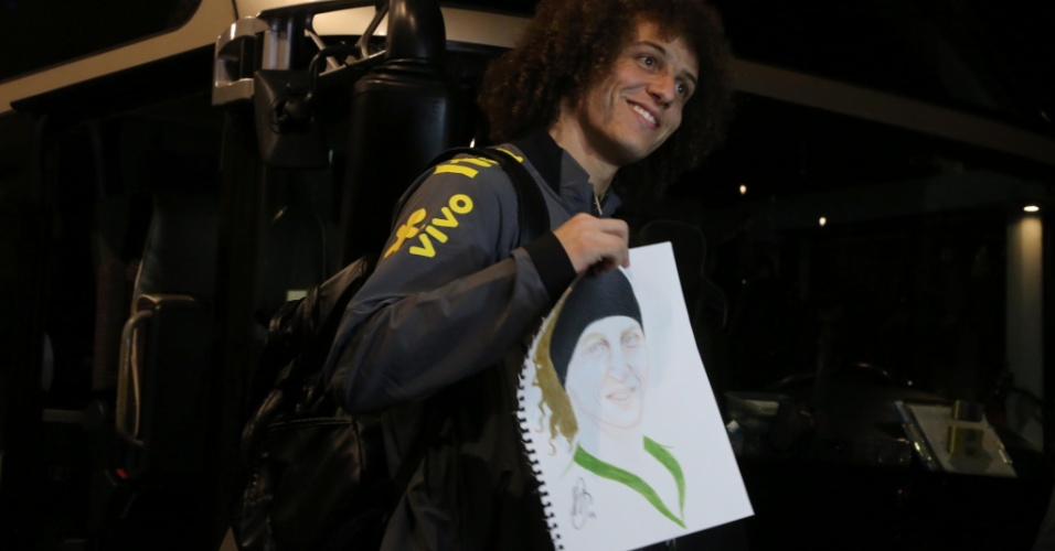 David Luiz ganha caricatura de fã na chegada da seleção brasileira a Viena
