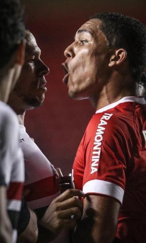Luis Fabiano e Gilberto discutem durante partida entre São Paulo e Inter