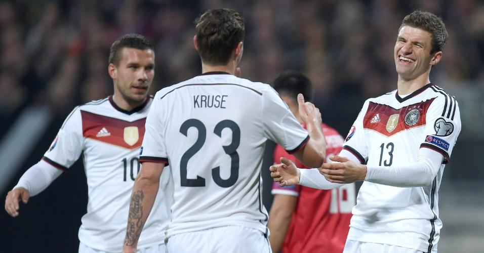Alemães comemoram com Thomas Müller um dos gols em cima de Gibraltar
