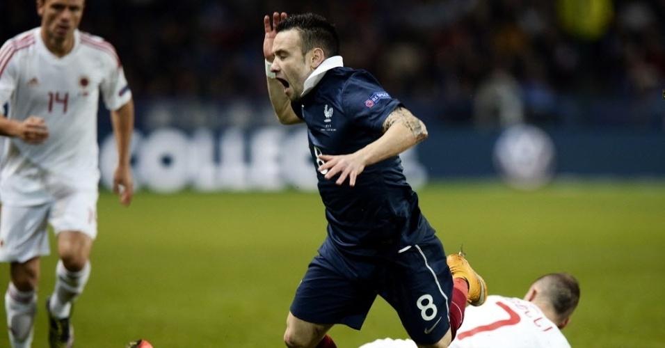 Ansi Agolli, da Albânia, derrubao francês Valbuena durante amistoso disputado em Rennes