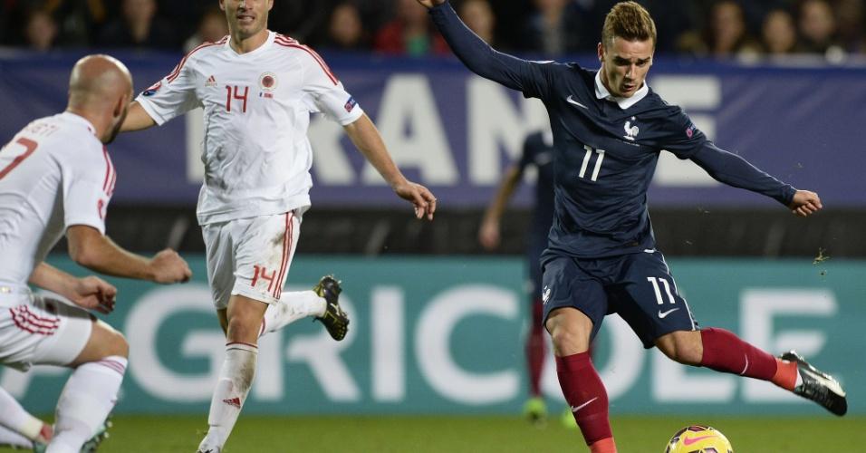 Antoine Griezmann chuta para marcar o gol de empate da França contra a Albânia em amistoso