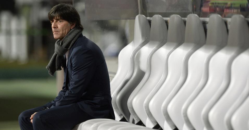 Joachim Löw no banco de reservas da Alemanha pouco antes da partida contra Gibraltar pelo Grupo D das Eliminatórias da Eurocopa
