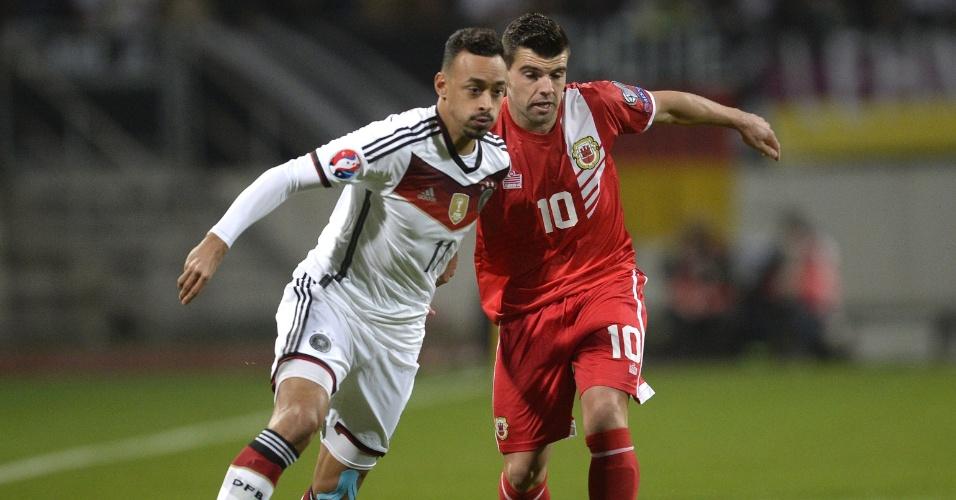 Karim Bellarab (à esq.), da seleção alemã, encara Liam Walker, de Gibraltar, na partida do Grupo D