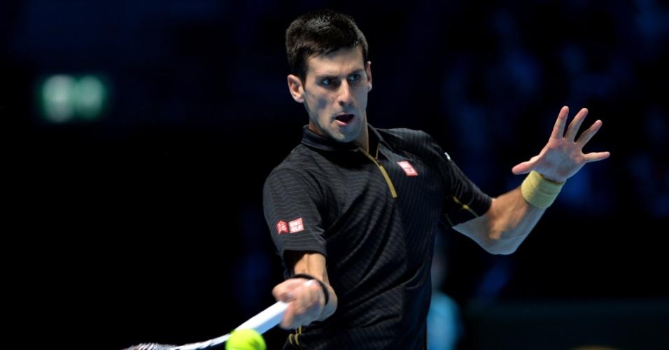 Novak Djokovic ataca de direita durante jogo contra Tomas Berdych
