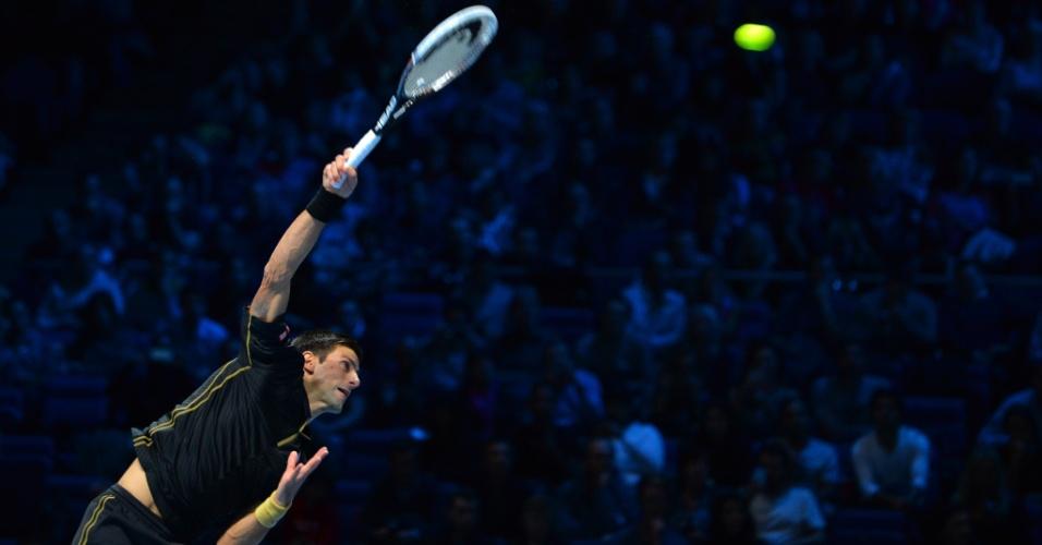 Novak Djokovic saca durante jogo contra Berdych nas Finais da ATP
