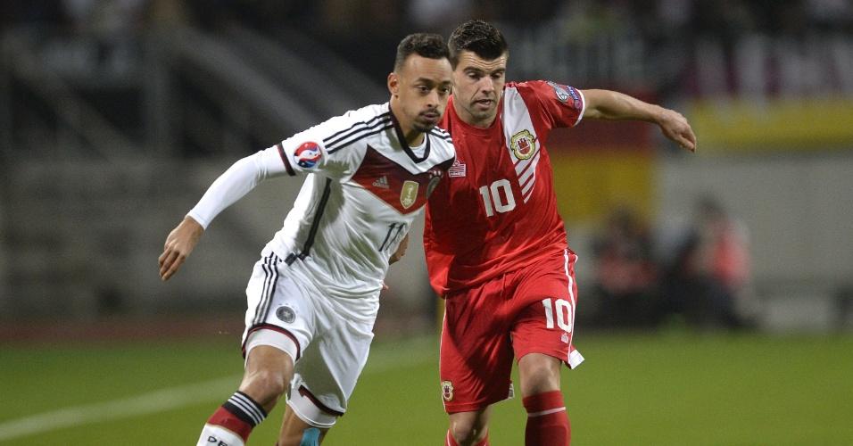 O alemão Bellarab se livra da marcação de Walker, da seleção de Gibraltar