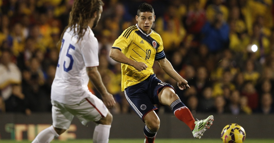Observado por Kyle Becherman, James Rodríguez toca a bola durante amistoso entre Colômbia e Estados Unidos em Londres