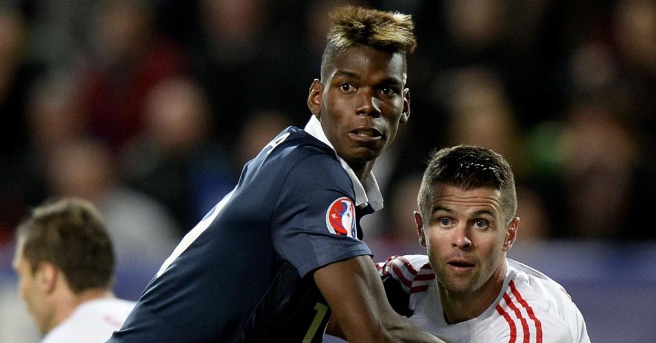 Paul Pogba e Andi Lila disputam lance durante amistoso entre França e Albânia em Rennes