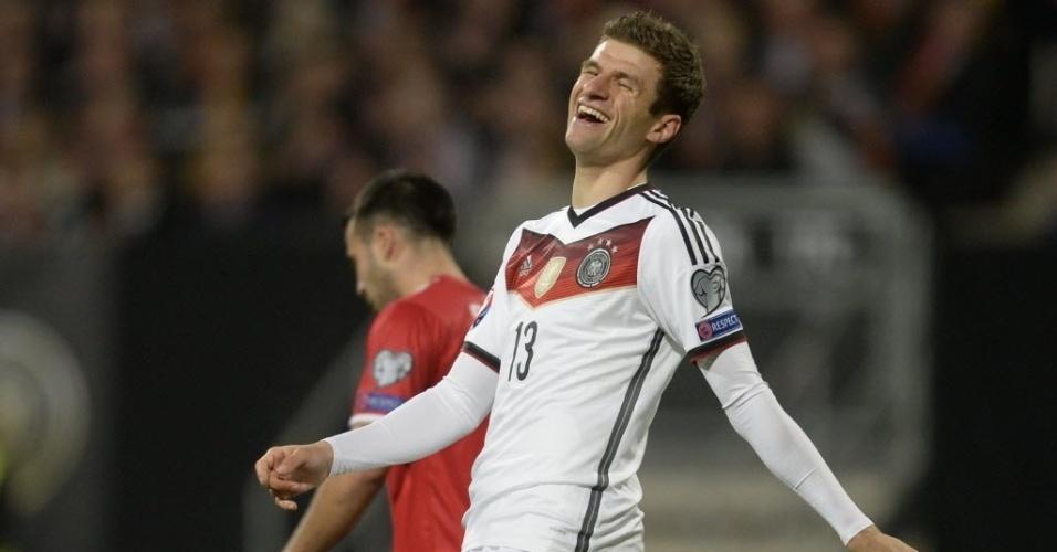 Thomas Müller sorri após marcar o primeiro gol da Alemanha contra Gibraltar pelas Eliminatórias da Eurocopa
