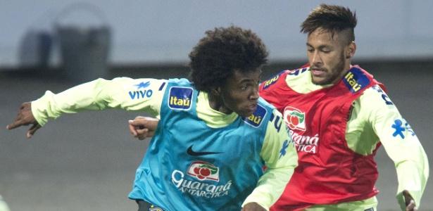Willian tenta avançar em cima de Neymar no treinamento da seleção brasileira - AFP PHOTO /JOE KLAMAR