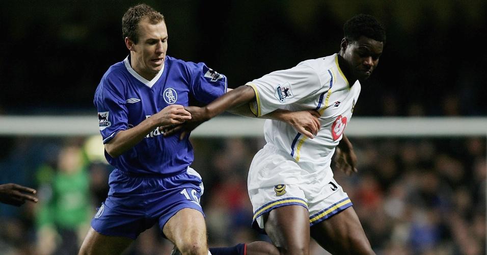 Arjen Robben (Chelsea) e Valery Mezague (Portsmouth) disputam bola em jogo pelo Campeonato Inglês 2004/2005