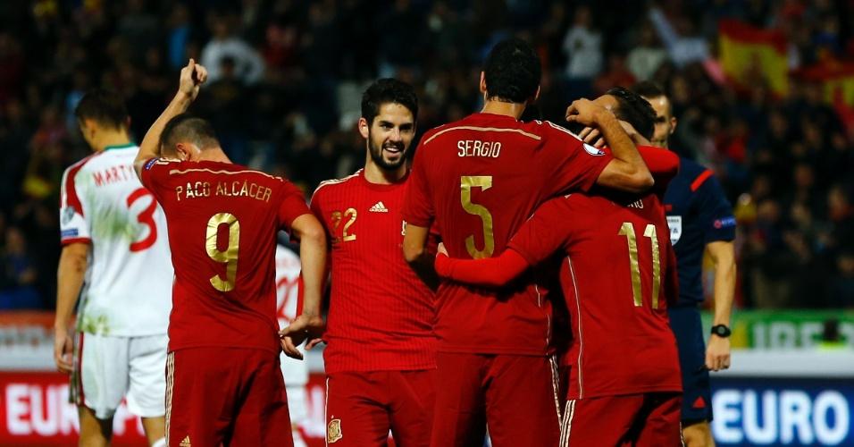 Autor do segundo gol da Espanha, Busquets comemora com os companheiros de equipe