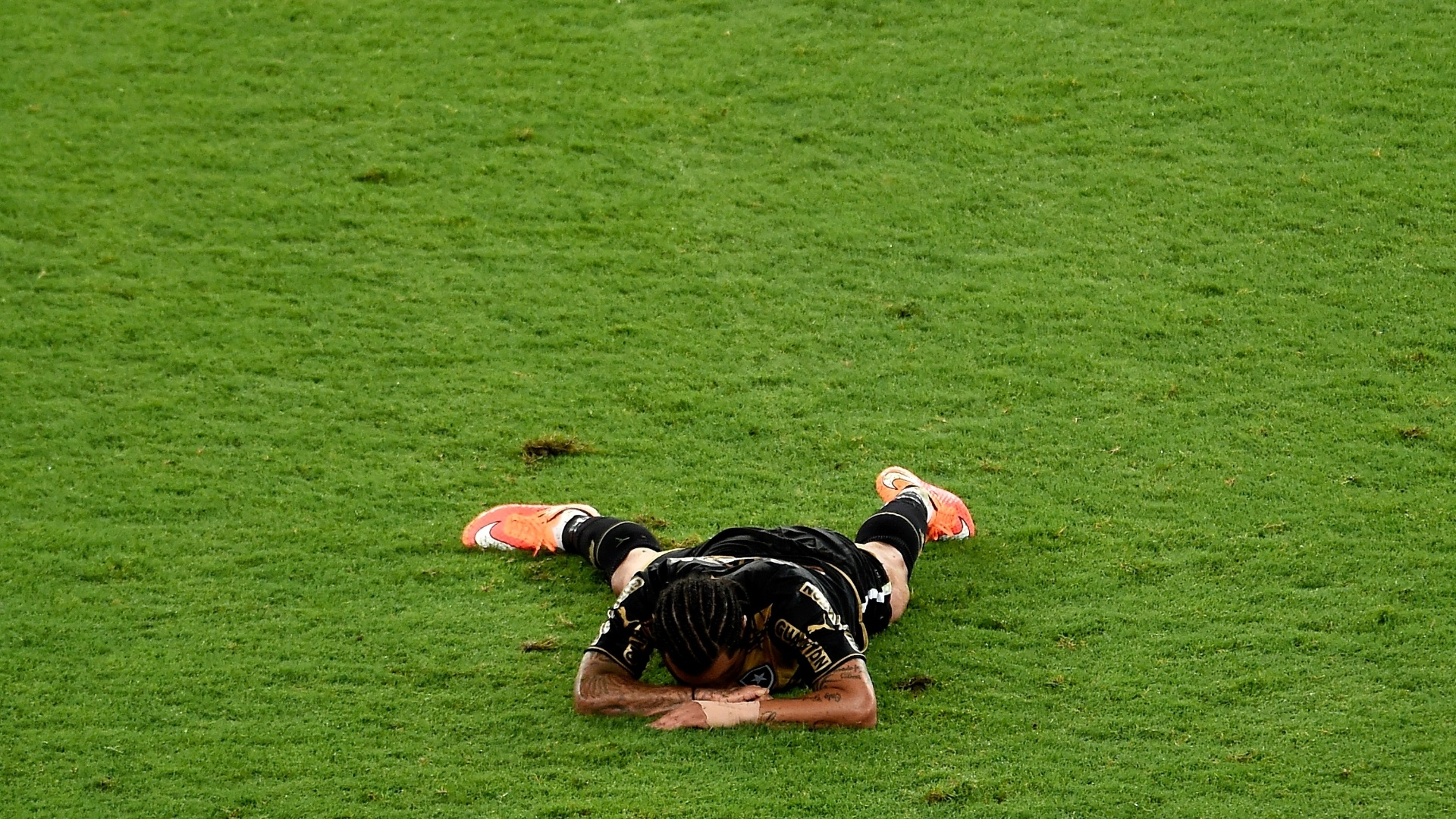 Carlos Alberto, desolado no gramado, lamenta derrota do Botafogo