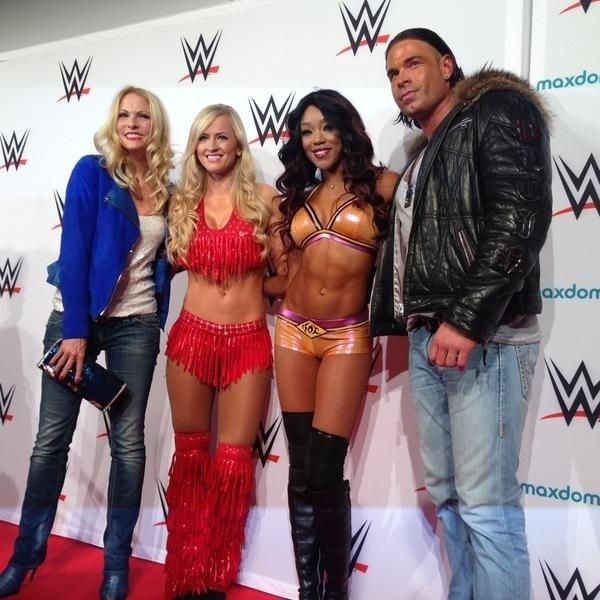 Ex-goleiro Tim Wiese posa para fotos com promoters do WWE, Summer Era e Alicia Foxy