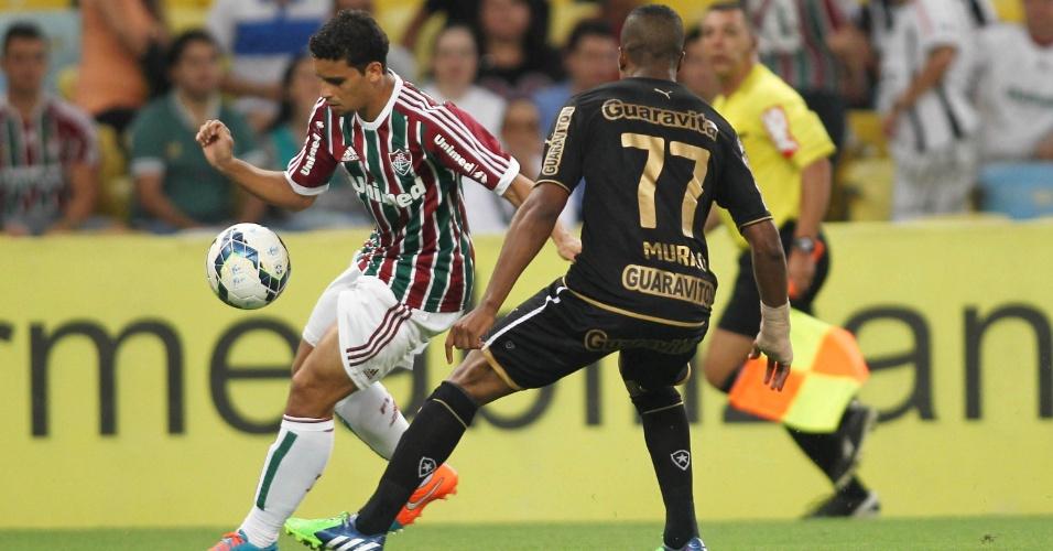 Jean, do Fluminense, escapa da marcação do botafoguense Murilo