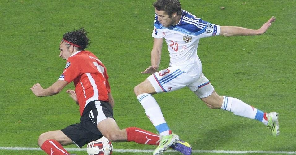 Martin Harnik (Áustria) e Dimitri Kombarov (Rússia) disputam bola em partida na cidade de Viena