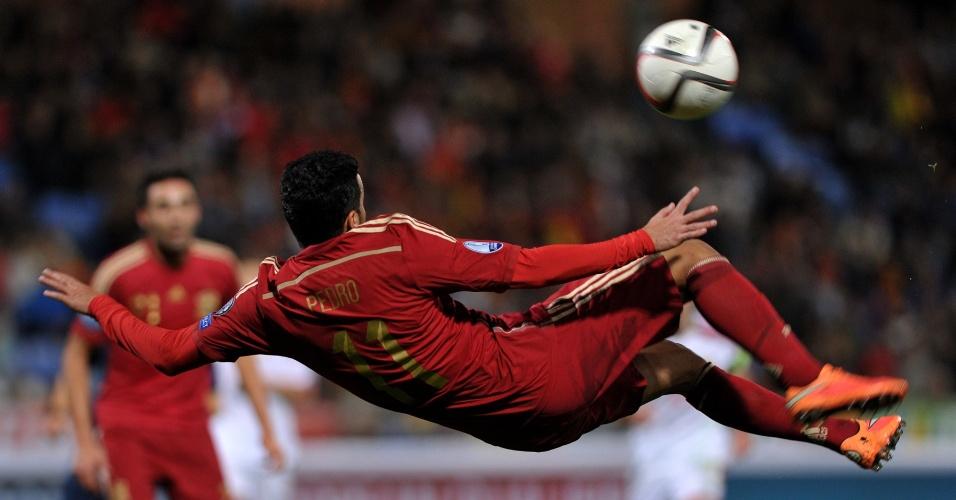 Pedro arrisca chute acrobático na vitória da Espanha por 3 a 0 sobre Belarus