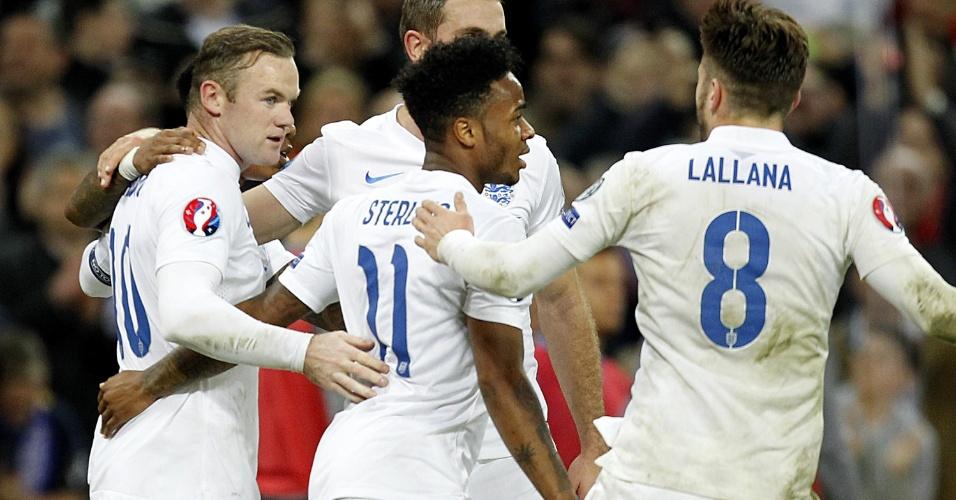 Wayne Rooney comemora com companheiros após marcar, de pênalti, o primeiro gol da Inglaterra contra a Eslovênia