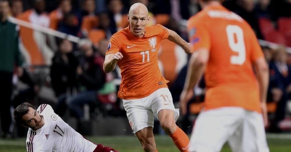16.nov.2014 - Robben disputa bola com Arturs Zjuzins, em partida da Holanda contra a Letônia, pelas Eliminatórias da Eurocopa