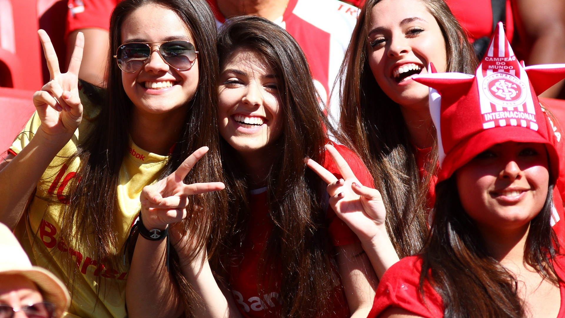Belas torcedoras do Inter acompanham jogo contra o Goiás