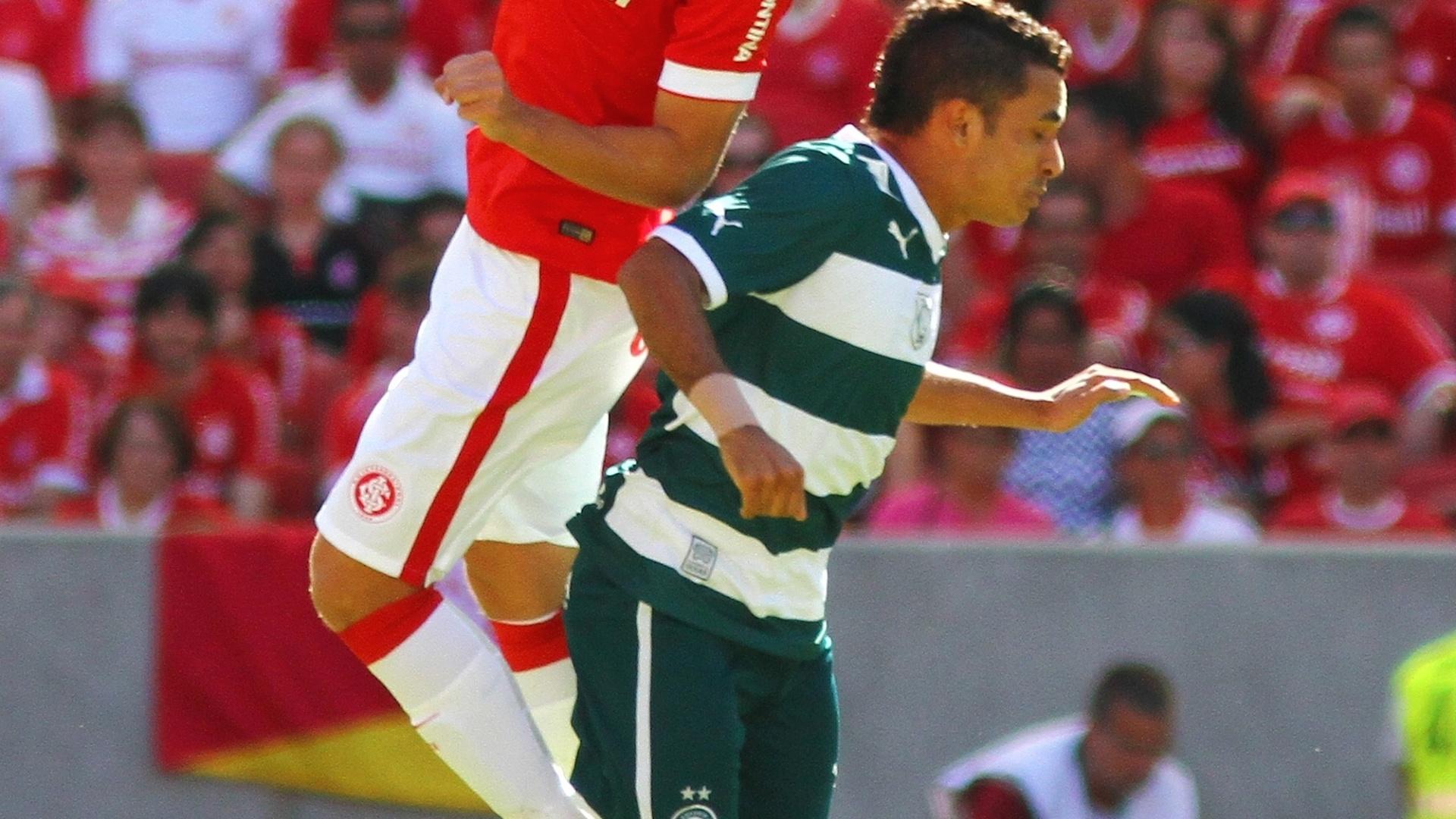 Bertotto e Eric disputam a bola no jogo entre Inter e Goiás