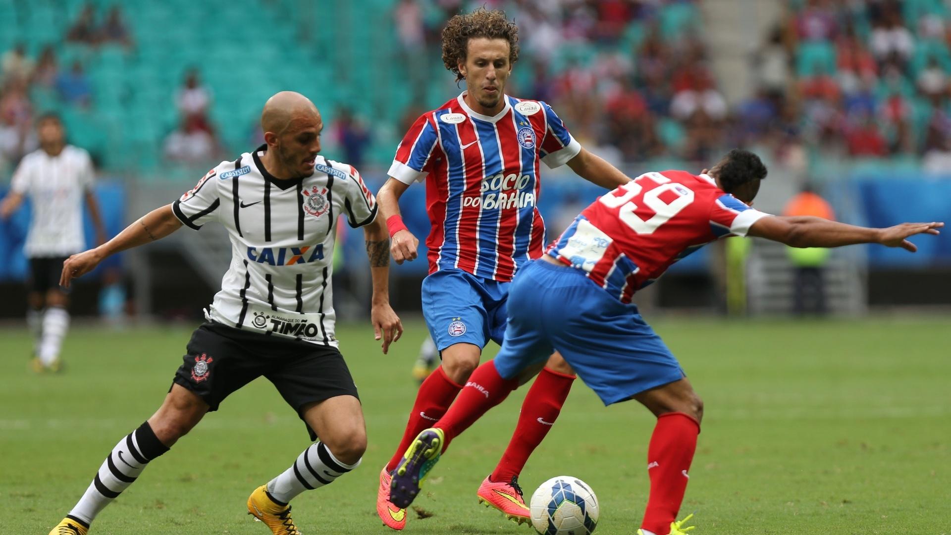 Corintiano abio Santos disputa com Galhardo e Railan, do Bahia