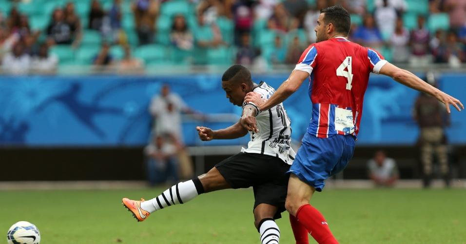 Corintiano Malcom é atingido por Lucas Fonseca durante a partida