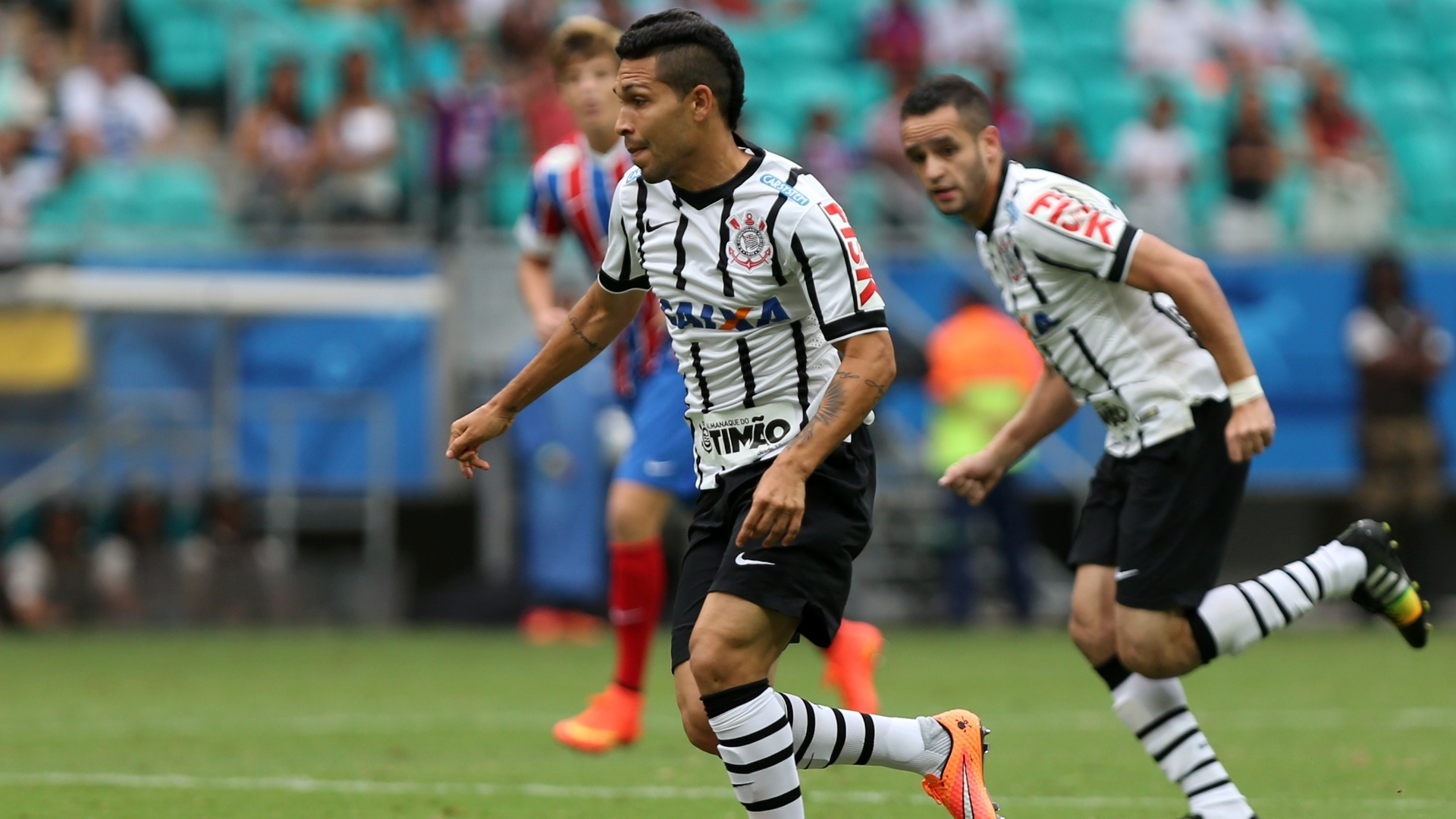 Corintiano Petros conduz a bola durante partida da equipe contra o Bahia