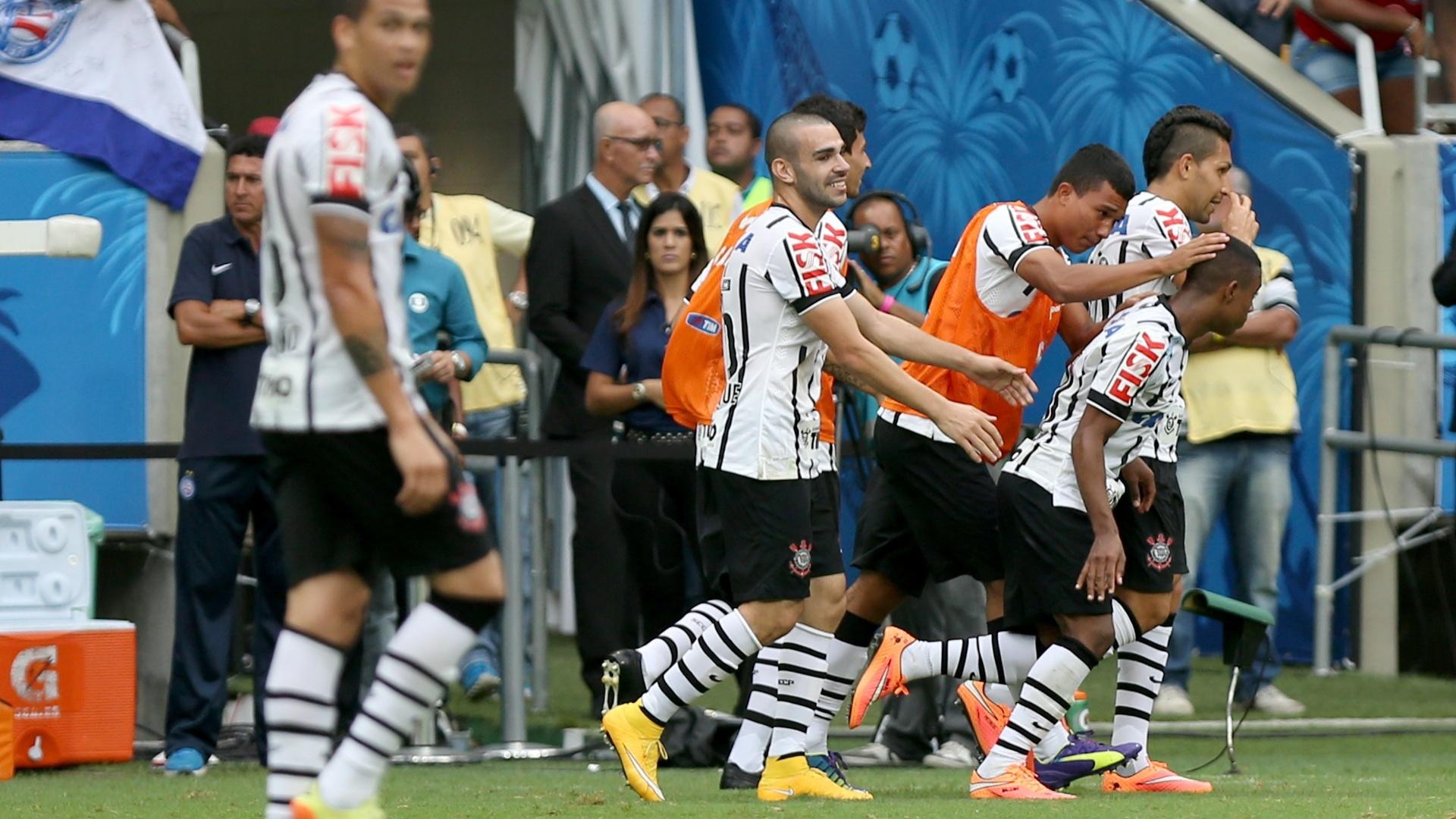 Corintianos comemoram gol de Malcom contra o Bahia