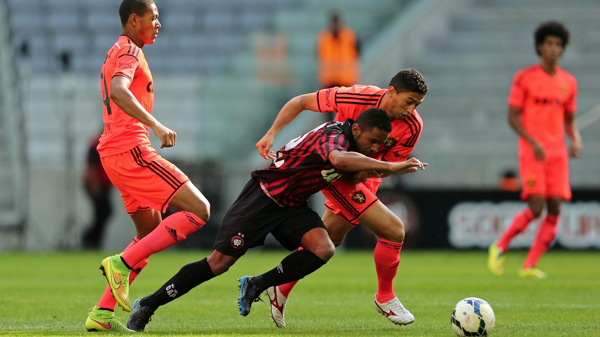 Deivid, do Atlético Paranaense, disputa com Danilo, do Sport, na Arena da Baixada
