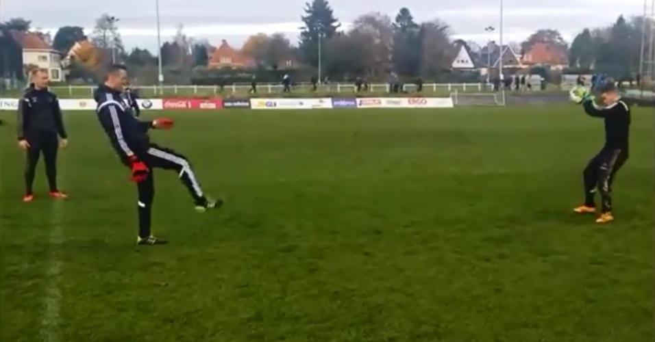 Eden Hazard brinca de goleiro em treinamento da seleção da Bélgica