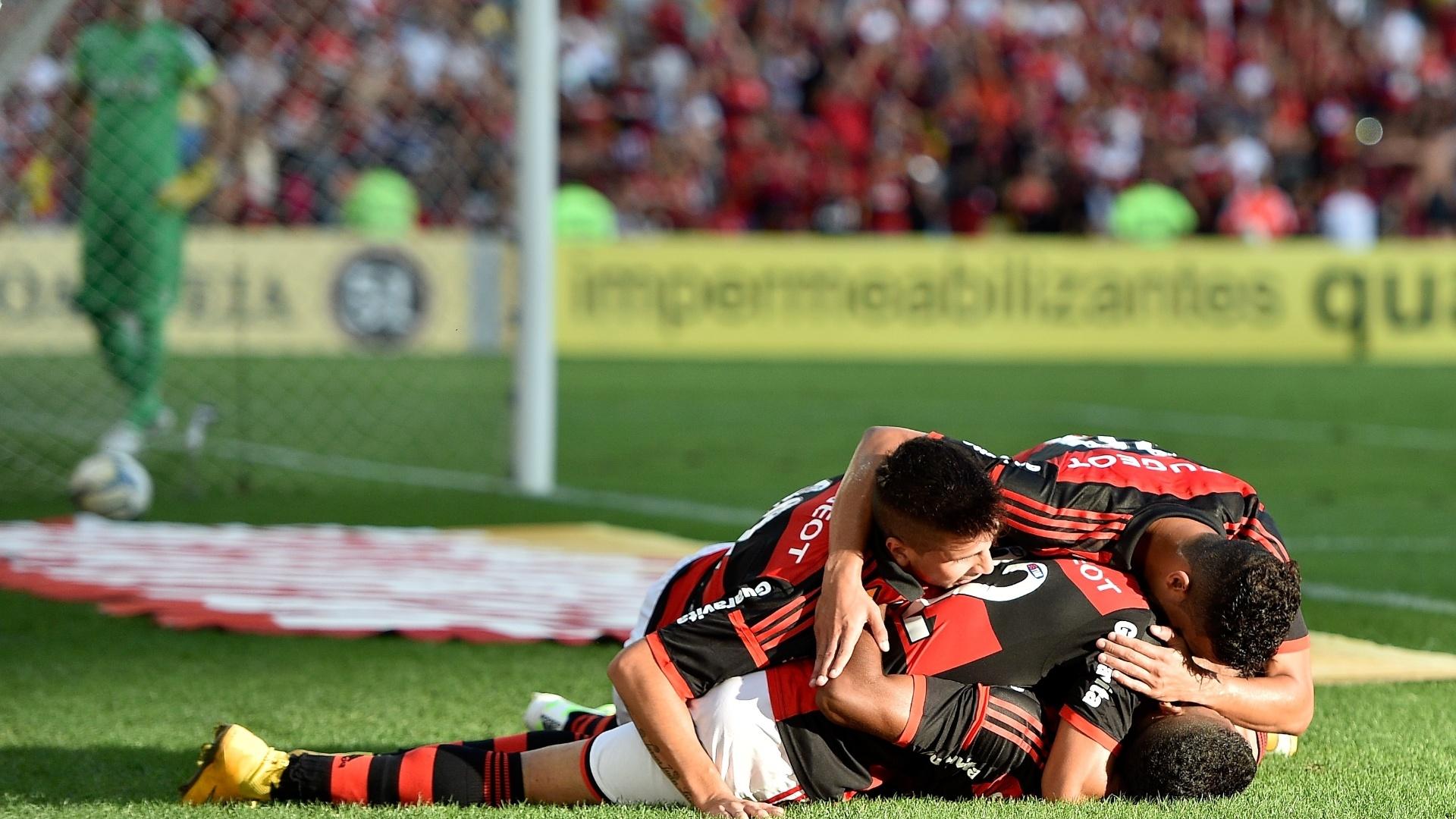 Jogadores do Flamengo comemoram gol contra o Coritiba pelo Brasileirão