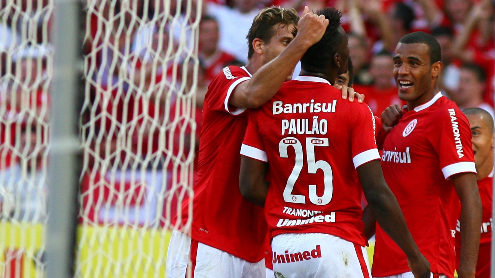 Jogadores do Inter festejam gol de Paulão, que deu a vitória sobre o Goiás