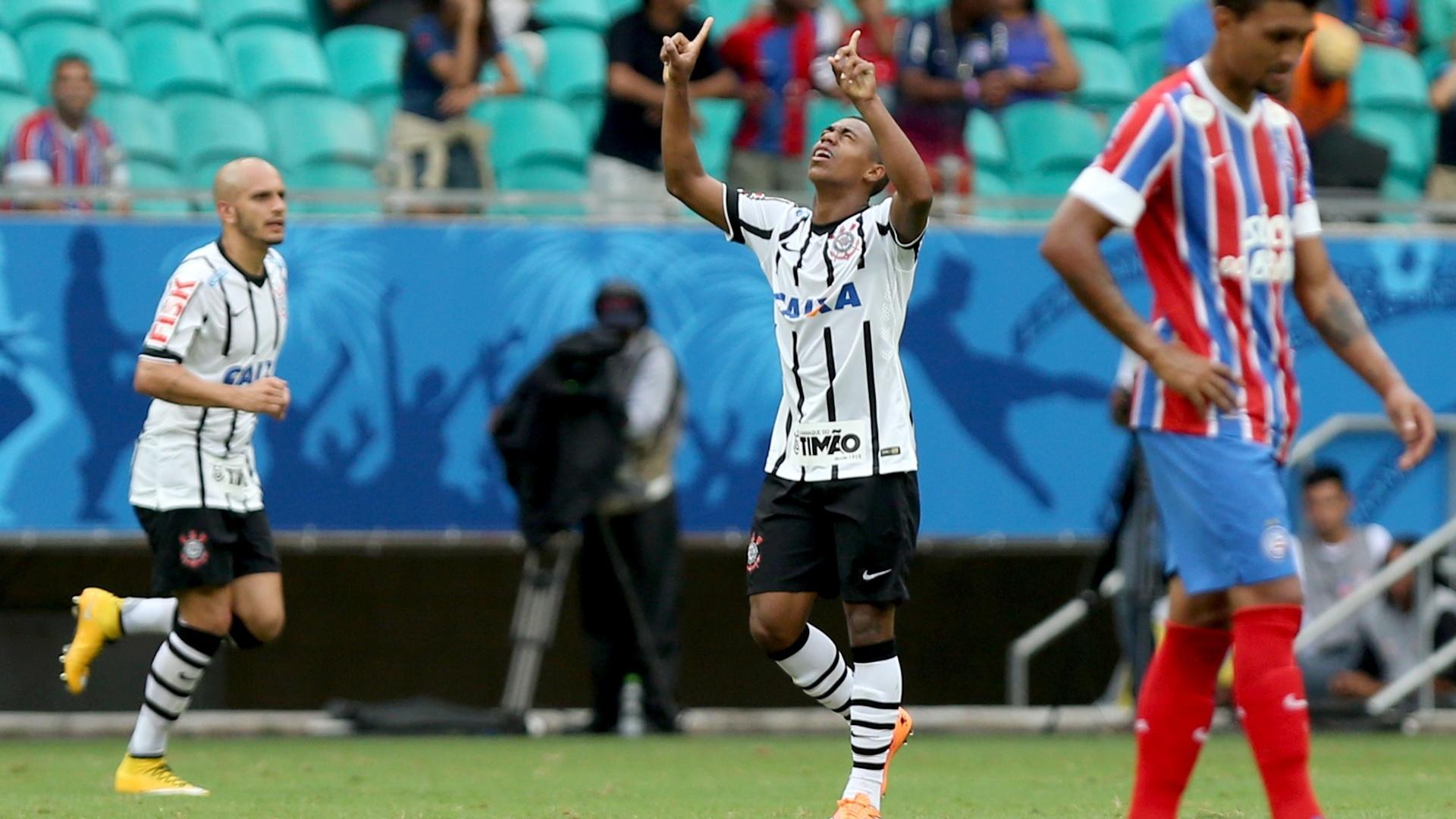 Malcom aponta as mãos aos céus para festejar seu gol contra o Bahia