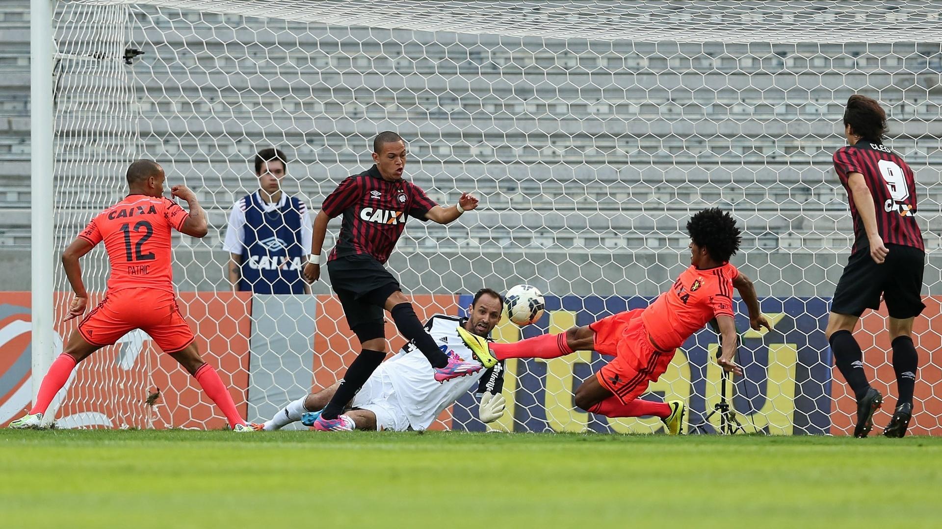 Marcos Guilherme, do Atlético, tenta vencer disputa com Ewerton Pascoa, do Sport