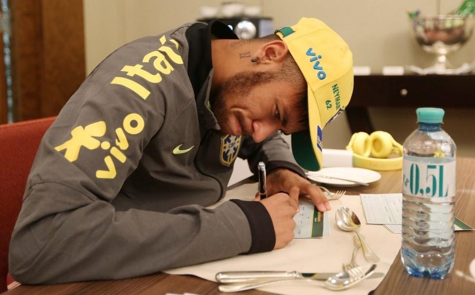 Neymar não treinou no campo no domingo, mas está confirmado para jogo de terça