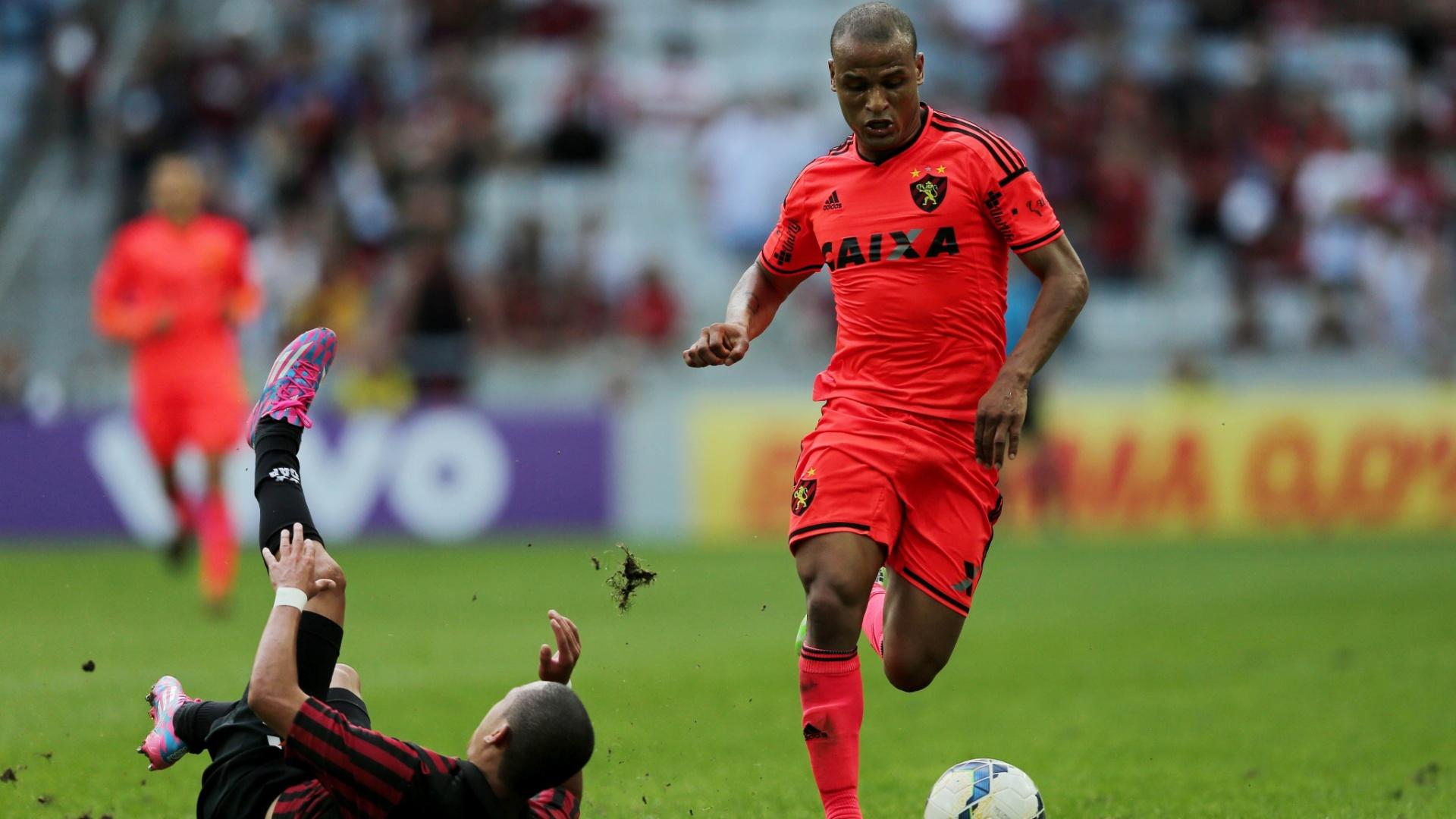 Patric, do Sport, leva a bola enquanto atleticano Marcos Guilherme fica no chão