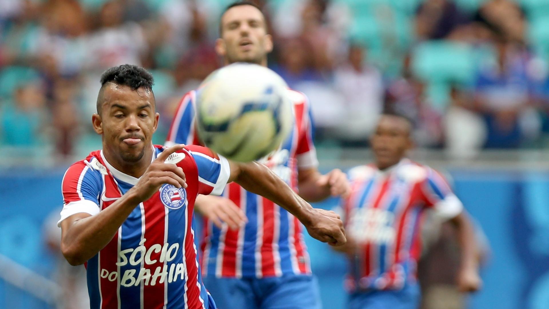 Railan, do Bahia, domina a bola durante a partida contra o Corinthians
