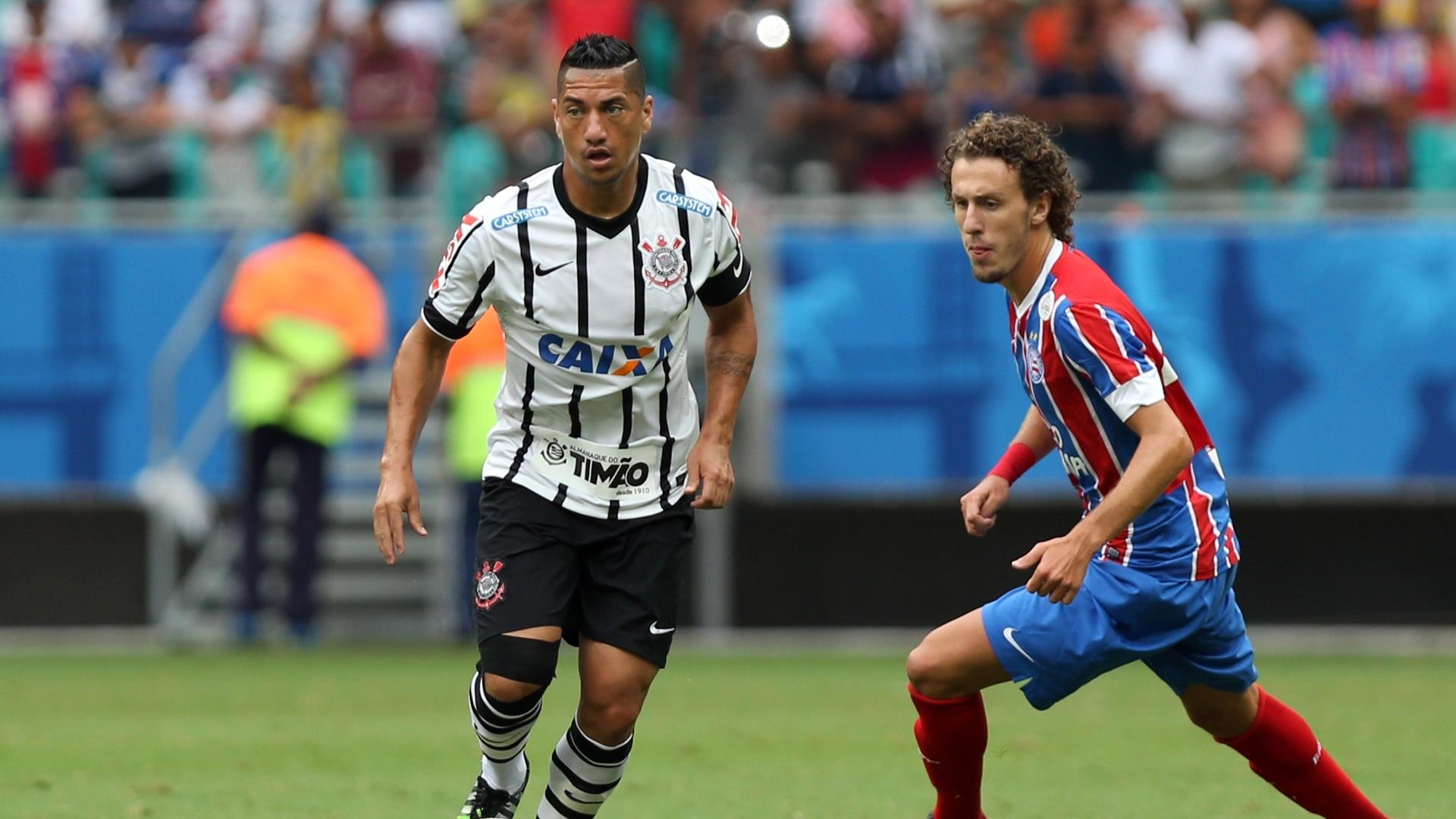 Ralf conduz a bola durante partida entre Bahia e Corinthians
