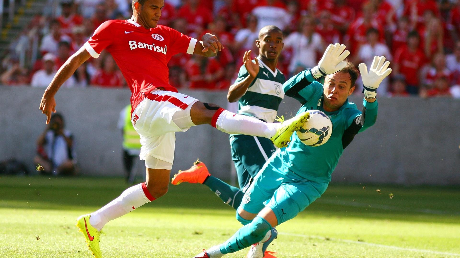 Renan abafa finalização do Inter no jogo contra o Goiás