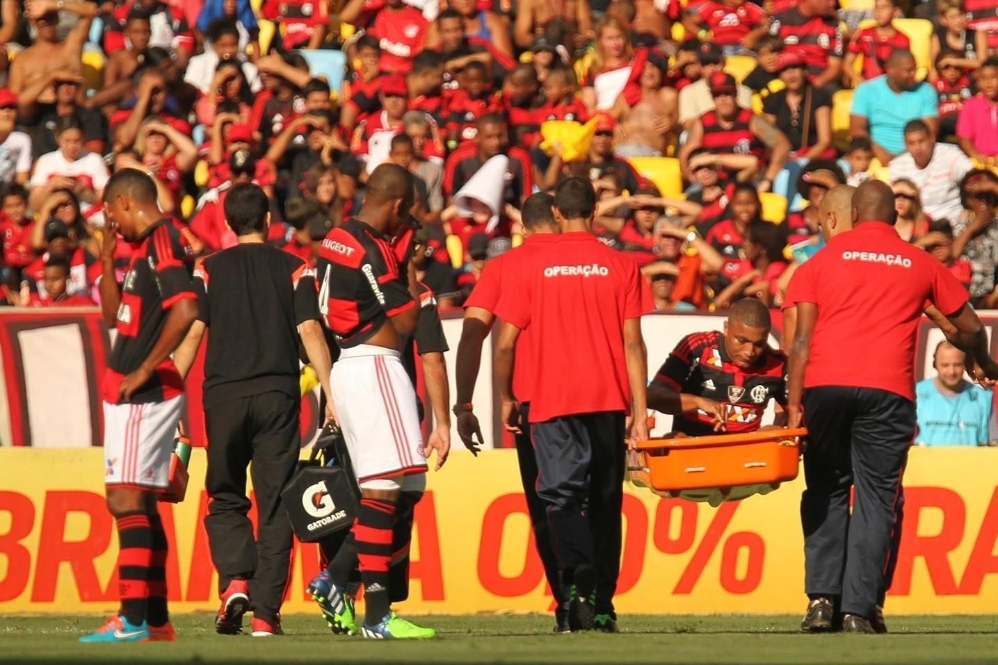 Anderson Pico é atendido pelos médicos do Flamengo em jogo contra o Coritiba