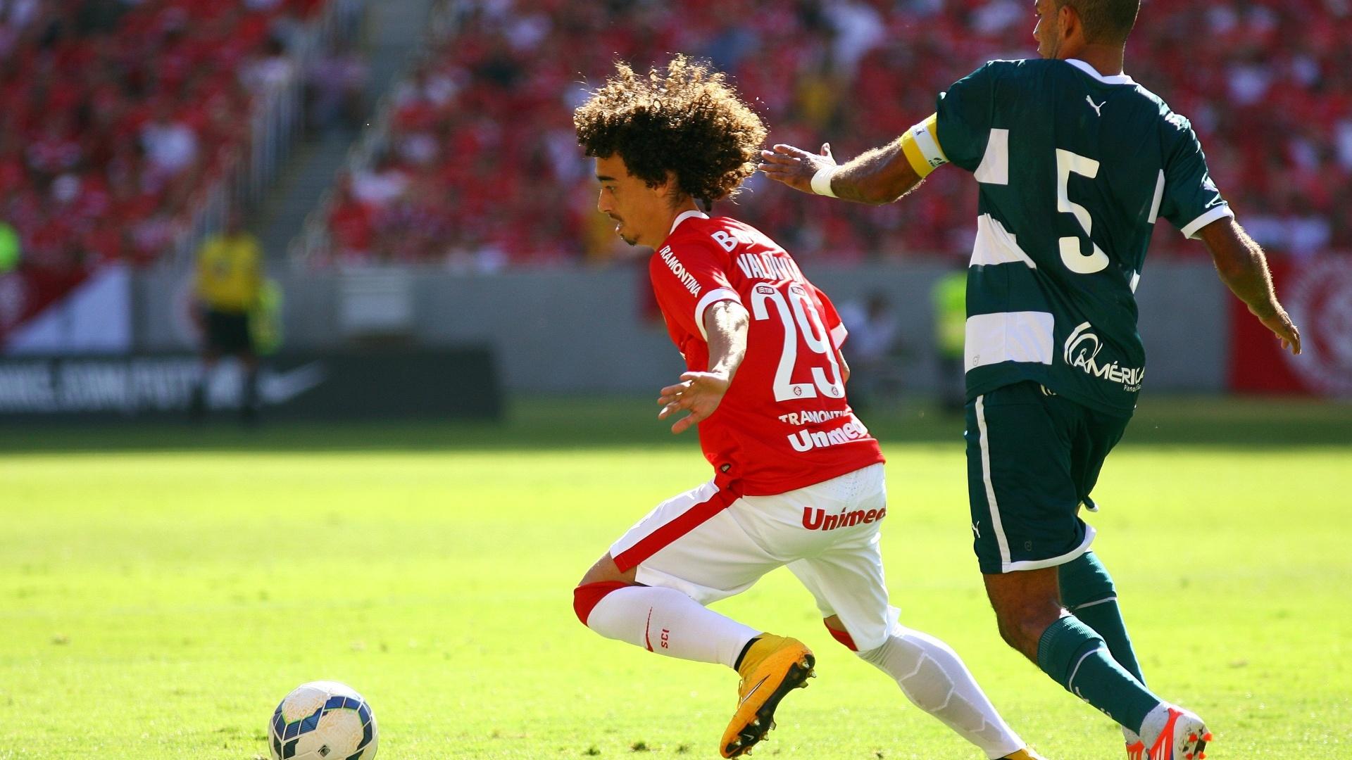 Valdívia tenta se livrar do marcador do Goiás em jogo do Inter pelo Brasileirão