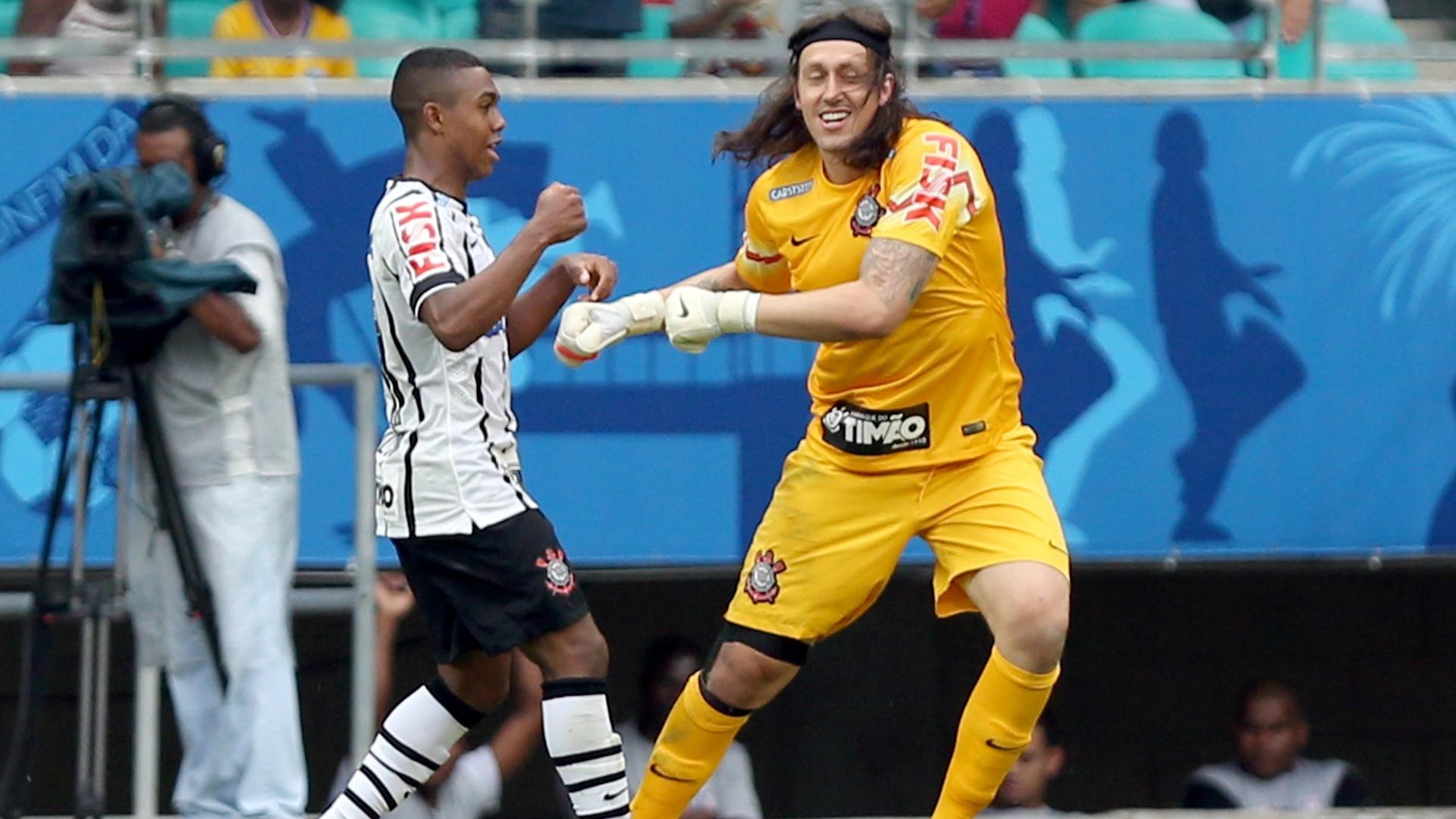 Malcom cumprimenta Cássio, autor do passe que originou o gol do atacante do Corinthians contra o Bahia
