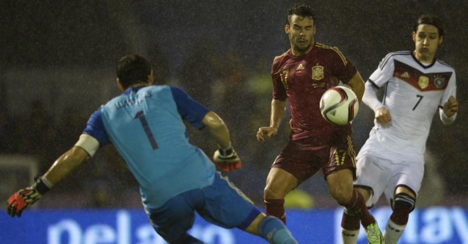 Casillas sai do gol para encerrar jogada de ataque da Alemanha contra a Espanha