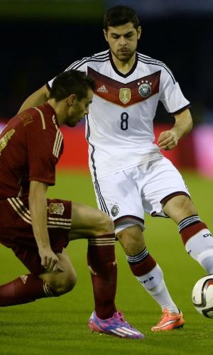 Cesar Azpilicueta, da Espanha, defende avanço de Kevin Volland no amistoso entre Espanha e Alemanha