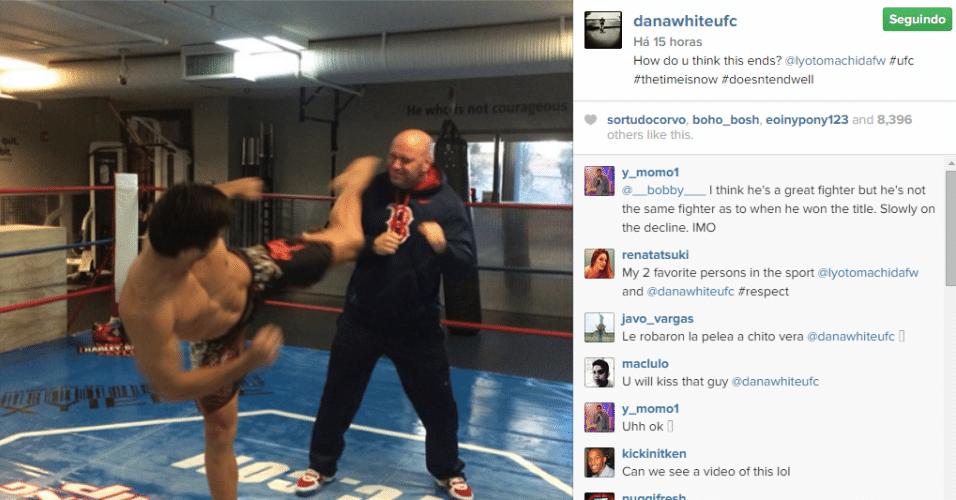 Dana White é clicado prestes a levar um chute de Lyoto Machida, em um ringue montado na academia particular localizada na sede do UFC, em Las Vegas